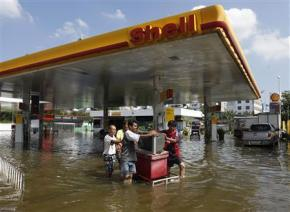Thailand calls holiday to allow escape from floods